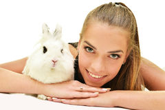 Bella giovane donna con il suo coniglietto immagini stock libere da diritti