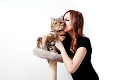 Bella giovane donna con il suo gatto Immagini Stock Libere da Diritti