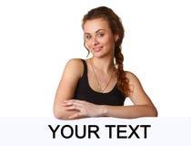 Bella giovane donna con il tabellone per le affissioni in bianco fotografia stock