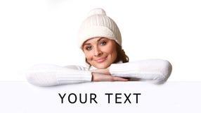 Bella giovane donna con il tabellone per le affissioni in bianco fotografie stock