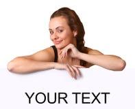 Bella giovane donna con il tabellone per le affissioni in bianco immagini stock libere da diritti