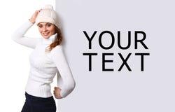 Bella giovane donna con il tabellone per le affissioni in bianco immagine stock