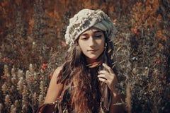 Bella giovane donna con il turbante su un campo al tramonto Immagini Stock