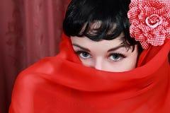 Bella giovane donna con il velare sul suo fronte Fotografie Stock Libere da Diritti