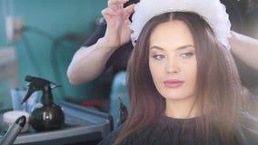 Bella giovane donna con l'accessorio alla moda dei capelli archivi video