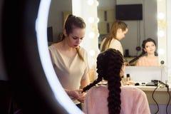 Bella giovane donna con l'acconciatura della treccia Bella donna che ottiene taglio di capelli dal parrucchiere nel salone di bel fotografia stock