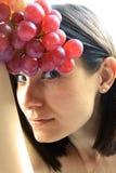 Bella giovane donna con l'uva rossa immagine stock libera da diritti