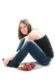 Bella giovane donna con l'uva rossa fotografia stock libera da diritti