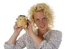 Bella giovane donna con la banca piggy Fotografie Stock Libere da Diritti