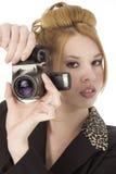 Bella giovane donna con la macchina fotografica di Digitahi fotografie stock libere da diritti