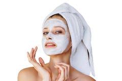 Bella giovane donna con la maschera facciale sul suo fronte Cura e trattamento di pelle, stazione termale, bellezza naturale e co fotografia stock