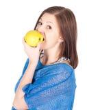 Bella giovane donna con la mela verde sopra fondo bianco Fotografia Stock Libera da Diritti