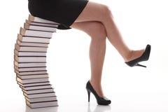 Bella giovane donna con la priorità bassa di bianco dei libri Immagini Stock Libere da Diritti