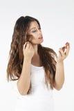 Bella giovane donna con la spazzola di trucco Fotografie Stock