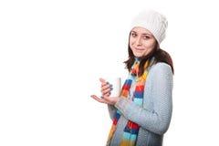Bella giovane donna con la tazza di caffè, isolata su bianco immagini stock libere da diritti