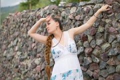 Bella giovane donna con la treccia lunga sulla natura fotografia stock libera da diritti
