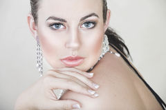 Bella giovane donna con le perle fotografia stock libera da diritti