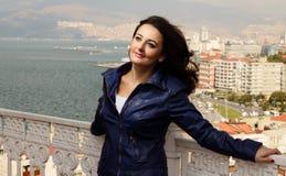 Bella giovane donna con le viste della città Fotografie Stock Libere da Diritti