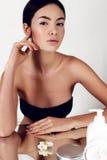Bella giovane donna con pelle d'ardore sana Bellezza naturale Immagine Stock