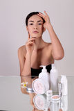 Bella giovane donna con pelle d'ardore sana Bellezza naturale Fotografie Stock Libere da Diritti