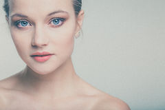 Bella giovane donna con pelle ed il fronte perfetti Immagini Stock Libere da Diritti