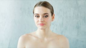 Bella giovane donna con pelle fresca perfetta che esamina macchina fotografica Concetto di Skincare archivi video
