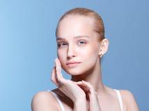Bella giovane donna con pelle fresca pulita Fotografia Stock