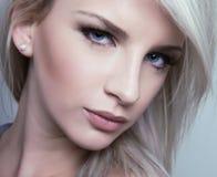 Bella giovane donna con pelle perfetta Fotografia Stock Libera da Diritti