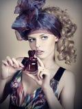 Bella giovane donna con profumo Fotografie Stock