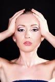 Bella giovane donna con trucco alla moda luminoso Fotografie Stock Libere da Diritti