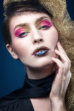 Bella giovane donna con trucco di modo sul blu Fotografia Stock