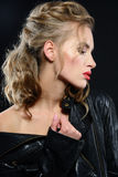 Bella giovane donna con trucco di sera e capelli biondi lunghi fotografia stock