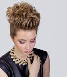 Bella giovane donna con trucco di sera e la pettinatura del salone Occhi fumosi Acconciatura complicata per il partito Immagine Stock