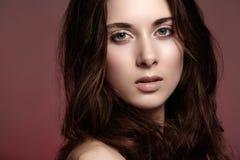 Bella giovane donna con trucco naturale, pulito  Fotografia Stock