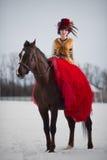 Bella giovane donna con un cavallo marrone fotografia stock