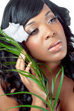 Bella giovane donna con un fiore tropicale dentro lui immagini stock libere da diritti