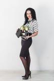 Bella giovane donna con un mazzo dei fiori Fotografia Stock Libera da Diritti