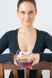 Bella giovane donna con un vetro di vino fotografia stock libera da diritti