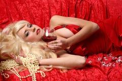 Bella giovane donna con vino rosso di vetro Immagini Stock Libere da Diritti