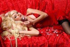 Bella giovane donna con vino rosso di vetro Fotografie Stock Libere da Diritti