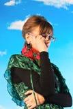 Bella giovane donna contro il cielo Fotografia Stock