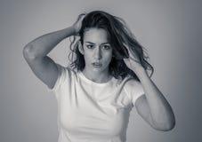 Bella giovane donna dai capelli rossi con il fronte arrabbiato che sembra furioso Espressioni ed emozioni umane fotografia stock