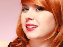 Bella giovane donna dai capelli rossi del ritratto Fotografia Stock