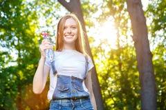 Bella giovane donna dai capelli rossi sorridente Fotografia Stock Libera da Diritti