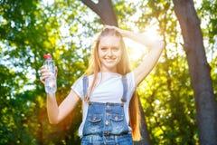 Bella giovane donna dai capelli rossi sorridente Immagini Stock Libere da Diritti