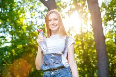 Bella giovane donna dai capelli rossi sorridente Fotografie Stock