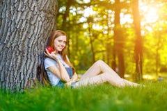 Bella giovane donna dai capelli rossi sorridente immagini stock