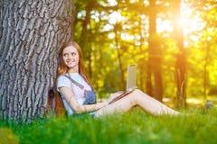 Bella giovane donna dai capelli rossi sorridente fotografia stock