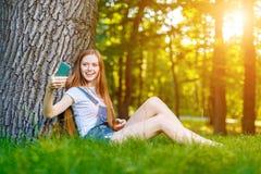 Bella giovane donna dai capelli rossi sorridente fotografie stock libere da diritti