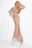 Bella giovane donna dei capelli biondi in vestito lungo sexy dalla sala da ballo Immagini Stock